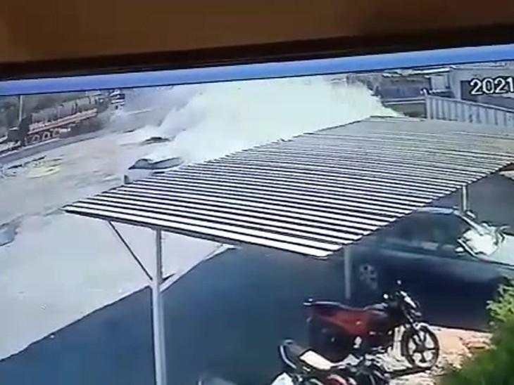 तीनों महिलाएं घास लेकर रोड से गुजर रही थीं।